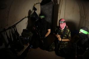 מחבלים של ארגון חמאס במנהרה תת קרקעית בעזה 18/08/2014