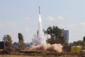 מערכת 'כיפת ברזל' מיירטת טיל מעזה