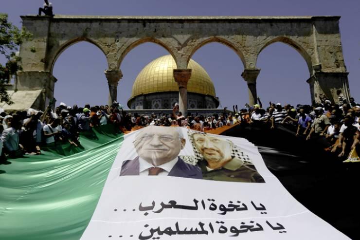 """פת""""ח מתקשה למלא את הרחבה, ובמקום זה הוא פורס את דגל פלסטין על המדרגות (מתוך אתר פתח)"""