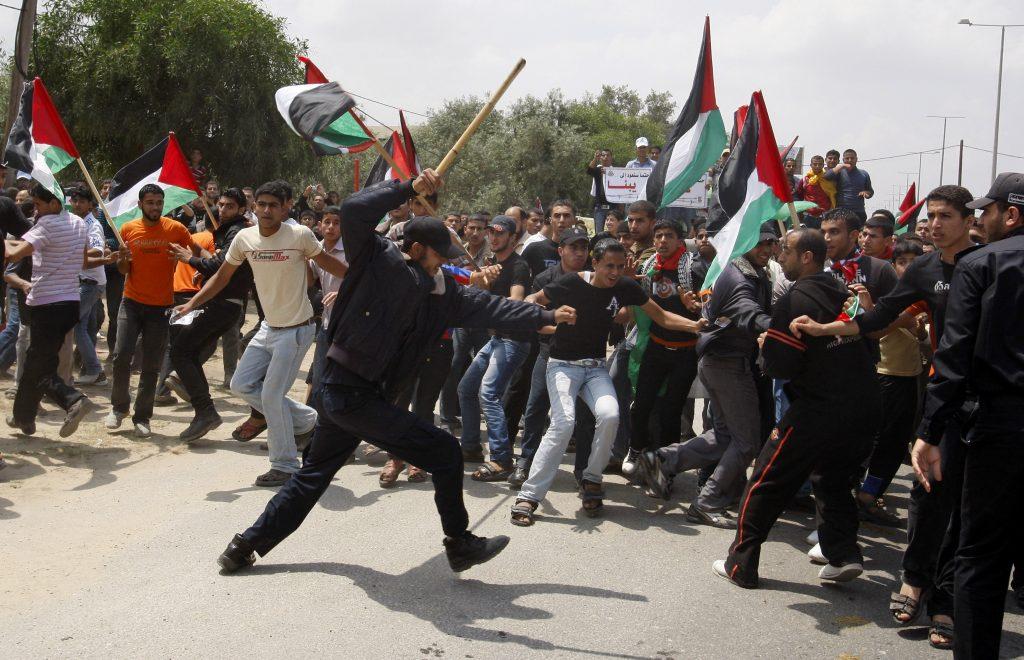 כשהחמאס רוצה. שוטר פלסטיני עוצר צעדה לעבר מחסום ארז במאי 2011 // צילום AP