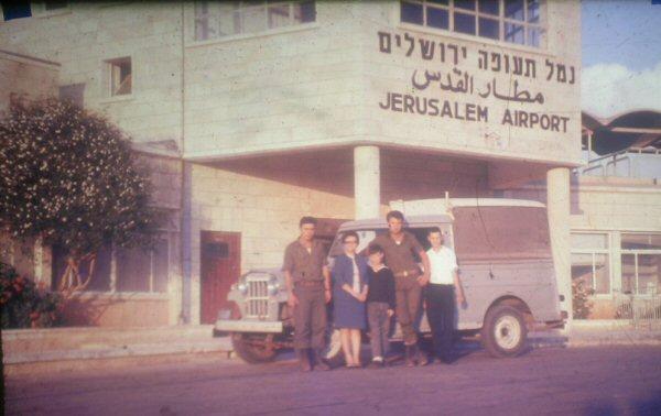 מסוף הנוסעים (1969) (בקדמת התמונה טנדר שהורכב בחיפה, מסוג ויליס ג'יפ טנדר)