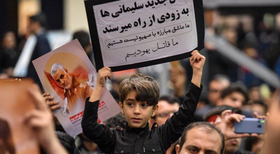 ילדים מנפים כרזות בגנות ישראל