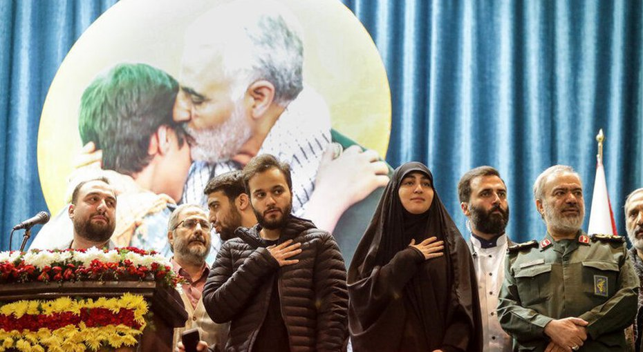 בתו של קאסם סולימאני על הבמה
