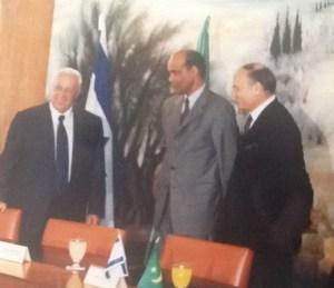 Le Premier ministre Ariel Sharon accueille le ministre des Affaires étrangères mauritanien Dah Ould Abdi et l'ambassadeur Freddy Eytan. Jérusalem-22 mai 2001 (crédit photo Gil Hadani – (MAE))