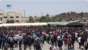 """ההפגנה ב מלאד'קיה לדרעא, בעקבות הריגת 10 חיילי ה""""גיס החמישי"""" . האשמה על סוריה וחיזבאללה."""