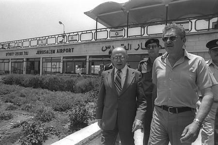 """ראש הממשלה מנחם בגין עם עזר ויצמן, בנמל התעופה של ירושלים, לאחר חזרת רה""""מ מאלכסנדריה. // קרדיט: HERMAN CHANANIA  לע""""מ"""