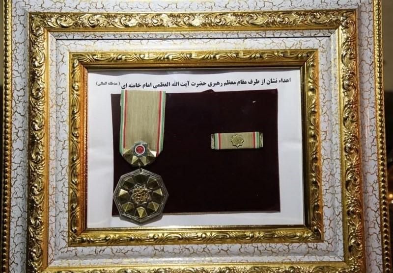 """העיטור הצבאי הגבוה ביותר באיראן הוענק ב-13.12 ע""""י הרמטכ""""ל האיראני למדען שחוסל, עלי ח'אמנאי, מנהיג המשטר, הנחשב גם כמפקד העליון של כוחות המזוינים של איראן, חתום על העיטור. התמונה מהסוכנות תסנים, המקורבת למשמרות המהפכה"""