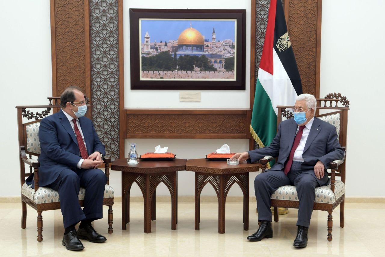 """ראש הרש""""פ עבאס עם ראש המודיעין המצרי בפגישה ברמאללה// צילום: טוויטר"""