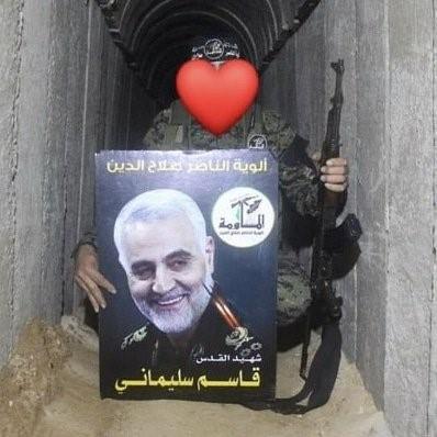 """(תמונתו של קאסם סלימאני בידי פעיל גא""""פ באחת מהמנהרות בעזה[6])."""