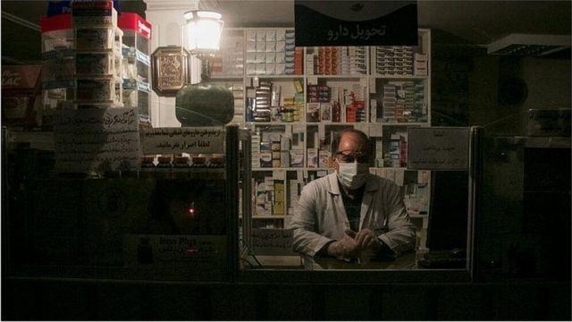 רוקח בבית חולים בטהראן בעת הפסקת חשמל, התמונה סוכנות מהרניוז, 4.7.2021