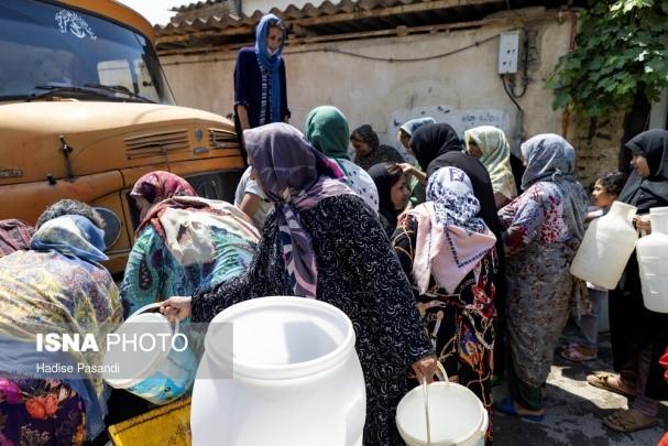 """נשים וילדים בתור קניית מים מטנקר העובר בעיר גורגאן, מרכז המחוז גולסתאן, ליד הים הכספי, 5.7, התמונות מהסוכנות איסנ""""א, איראן"""