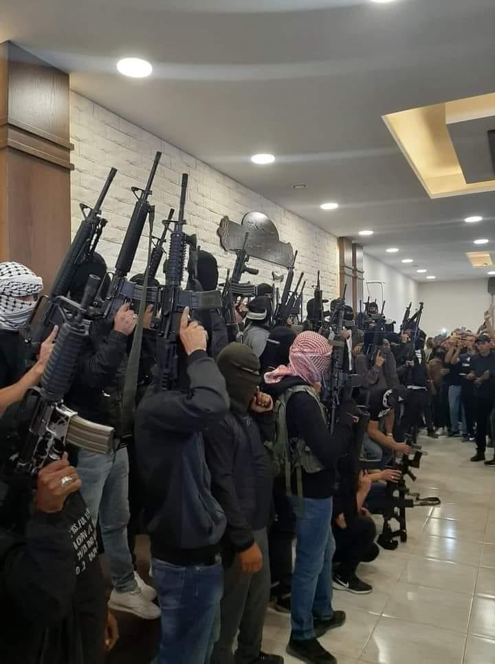 חמושים מתאספים בבית משפחת אל-ג'בארי במהלך הליך למציאת פתרון לסכסוך הדמים בעיר חברון